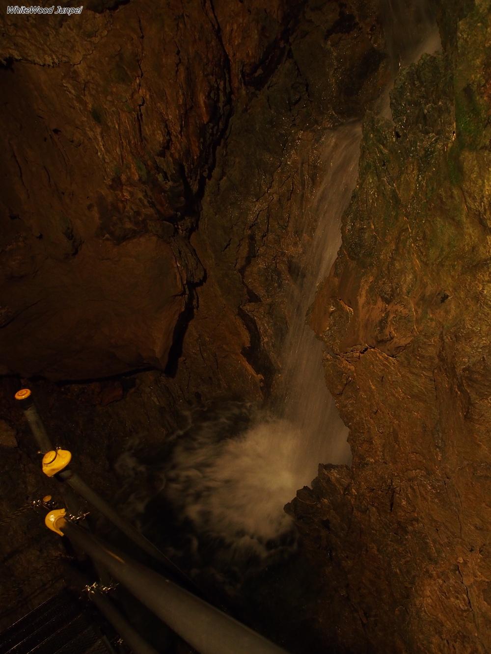 鍾乳洞の中の滝。